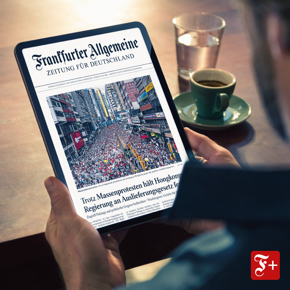 Lesewelt FAZ Digital Mann 50jaehrig Casual Haus Tisch Cafe image number null